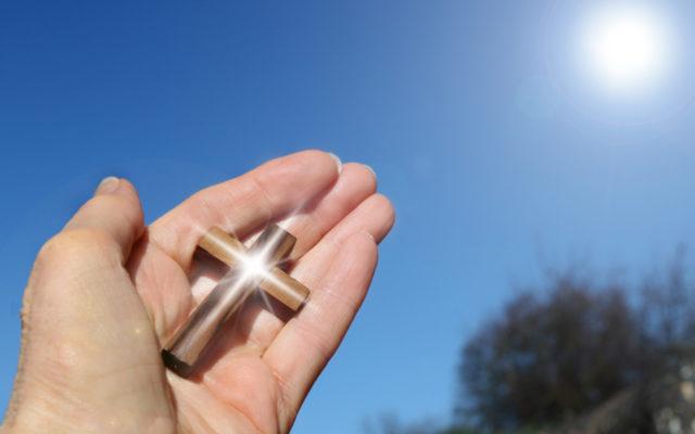 Hand mit Kreuz